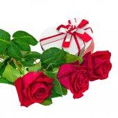Caixa de presente em forma de coração e buquê de rosas. — Foto Stock
