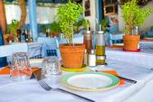 Served table in Greek island restaurants — Foto Stock