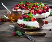 Cheesecake with berries and mint — Stock Photo