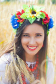 красивая молодая женщина, носить национальный украинский — Стоковое фото