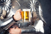 Knight holding mug of beer — Stockfoto