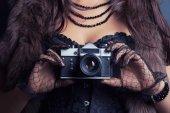 女人拿老式照相机 — 图库照片
