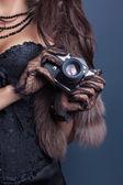 Mulher segurando a câmera vintage — Foto Stock