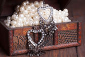 Vintage earrings i on old treasure chest — Foto de Stock