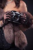 Donna con macchina fotografica d'epoca — Foto Stock