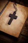 Croix chrétienne sur la bible — Photo