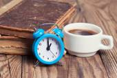 Alarm clock with coffee cup and books — ストック写真