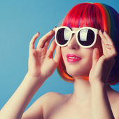 Woman wearing wig and sunglasses — Stock Photo