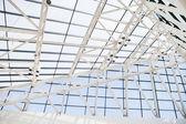 Fragmento del techo de ventanas de vidrio y acero en estilo Hi-Tech — Foto de Stock