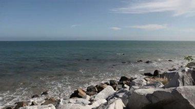 Тихого океана волны и скалы на Малибу, Калифорния — Стоковое видео