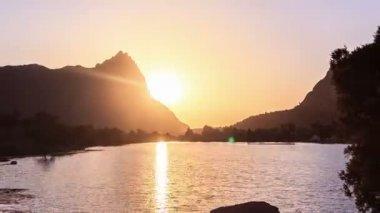Pôr do sol sobre o lago — Vídeo stock