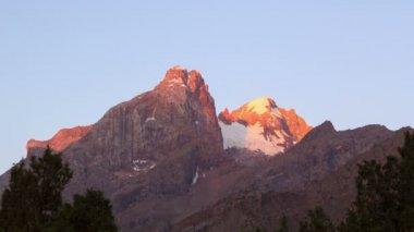 Glaciar de montanha ao amanhecer — Vídeo stock