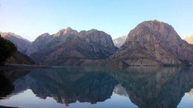 Mountain lake at sunrise — Vídeo stock