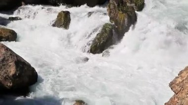 Fast water flow in Tazhikistan. — Stok video