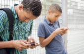 Kids texting message on smartphone — Stock Photo
