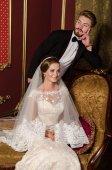 Novomanželé v luxusním interiéru — Stock fotografie