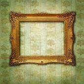 Victoria çiçek yeşil altından duvar kağıdı üzerinde boş altın çerçeve — Stok fotoğraf