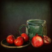 Green mug, pomegranates and tomatoes — Stockfoto