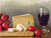 Italian cheese assortment with vegetables and a glass of red win — Foto de Stock