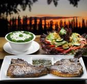 T-bone steaks  with vegetables — Stock fotografie