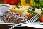 Steak with potatoes and vegetables — Stock Photo