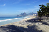 Rio de Janeiro beach with mountains on background — Foto de Stock