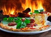 Gustosa pizza su bianco — Foto Stock