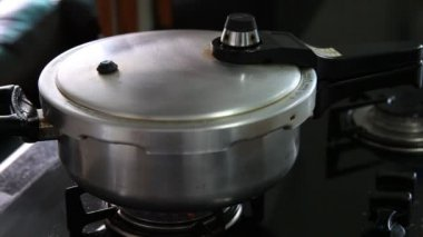 Metal pressure cooker on fire — Stock Video