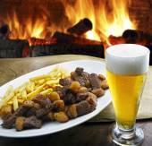 Bier vlees frietjes — Stockfoto