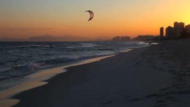 Sunset on the beach of Barra da Tijuca — Stock Video