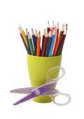 Crayons de couleur dans un verre vert — Photo