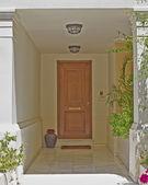 Evin giriş katı ahşap kapı, Atina Yunanistan ile — Stok fotoğraf