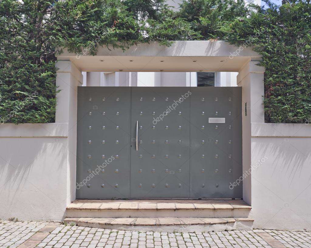 Modern house garage door — Stock Photo © DimitriosP #61805751 - ^