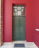 Green door, red wall — Stok fotoğraf