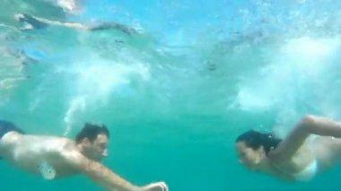 Beso bajo el agua — Vídeo de Stock