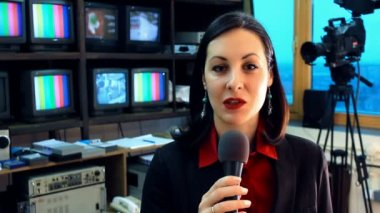TV reporter in studio — Stock Video