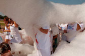 People Walk Through Cloud Of Foam At Bubble Palooza Event — Stock Photo