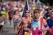 Young Man Carries Large American Flag In Atlanta 10K Race — Stock Photo