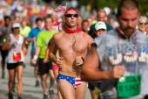 Man Runs Atlanta Road Race Wearing Patriotic Bikini — 图库照片