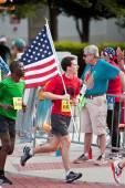 Runner Carries American Flag In July 4 Atlanta Road Race — Stockfoto