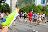 Squirt Gun Soaks Runners In Atlanta Peachtree Road Race — Stockfoto