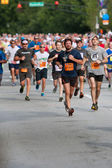 Throng Of Runners Run In July 4 Atlanta Road Race — Zdjęcie stockowe