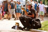 Man Plays Bass Guitar For Tips At Arts Festival — Stock Photo