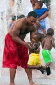 Father Plays With Son In Fountain At Atlanta Park — Stock Photo