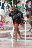Mother And Child Get Soaked Playing In Atlanta Park Fountain — Stock Photo