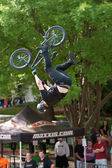 Pro Rider Goes Upside Down Performing BMX Trick In Competition — Stock Photo