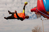 Performer Gets Sideways In Midair Attempting To Dunk Ball — Stock Photo