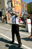 Freak Show Artist Swallows Two Swords In Atlanta Festival — Stock Photo