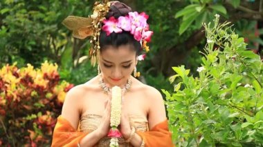 Beautiful Thai Woman Salute Of Respect In Traditional Costume Of Thailand (2 Shot) — Stock Video