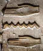 Geroglifici egiziani sulla parete in un tempio — Foto Stock
